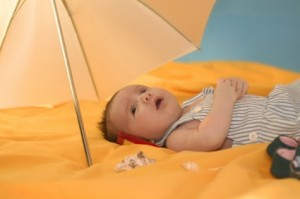 bebe-emerveiller-parapluie-mere-et-monde